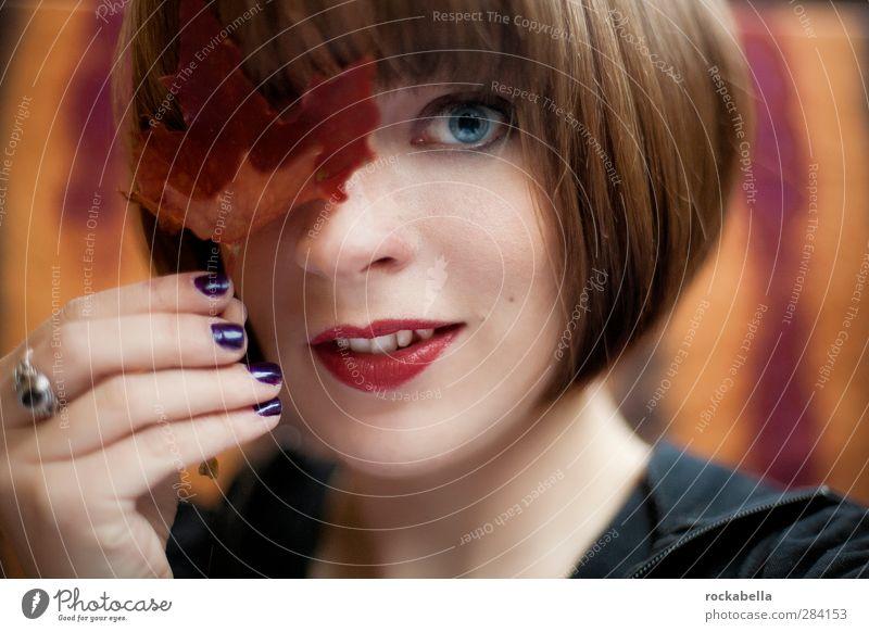 Frau mit Laubblatt feminin Junge Frau Jugendliche 1 Mensch 18-30 Jahre Erwachsene brünett kurzhaarig Lächeln ästhetisch schön einzigartig Herbstlaub