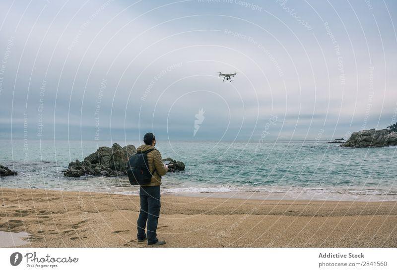 Der Mann testet seine Drohne und nimmt Videos auf. Fluggerät Luft Fotokamera Kontrolle Hubschrauber Dröhnen Drohnen Vater Fliege fliegen Freizeit & Hobby