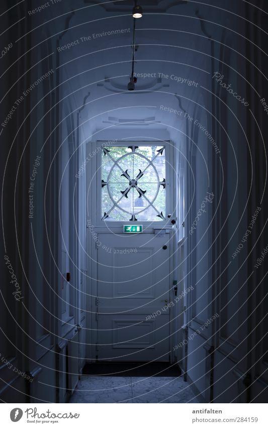Notausgang blau schwarz Haus Fenster dunkel Wand grau Mauer Gebäude Innenarchitektur Lampe Tür Glas Hinweisschild bedrohlich Zeichen