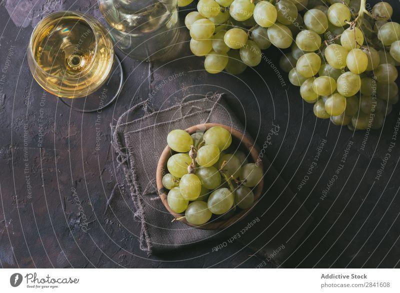 grüne Trauben, begleitet von einem Glas Weißwein, Landwirtschaft Alkohol Herbst Hintergrundbild blau Flasche Haufen Nahaufnahme Anhäufung dunkel trinken