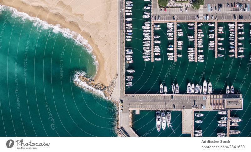 Luftaufnahmen eines Fischereihafens im Mittelmeer. Fluggerät Bucht Strand schön blau Wasserfahrzeug Großstadt Küste Ausflugsziel Auge Fischereiwirtschaft Hafen