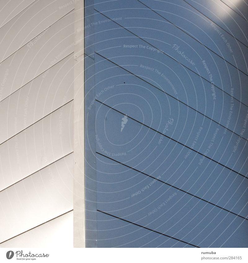 Eckfassade Lifestyle Stil Haus Bauwerk Gebäude Architektur Mauer Wand Fassade Metall Linie Streifen Häusliches Leben ästhetisch modern Stadt grau silber elegant