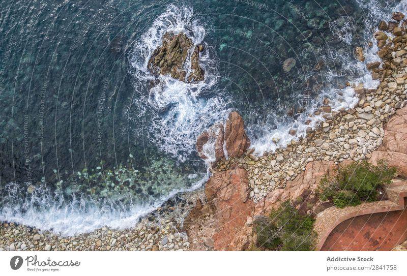 Luftaufnahmen einer Küstenlinie mit Wellen und Felsen Fluggerät Hintergrundbild Strand schön blau brava Katalonien Klippe Rippen de Ausflugsziel Girona