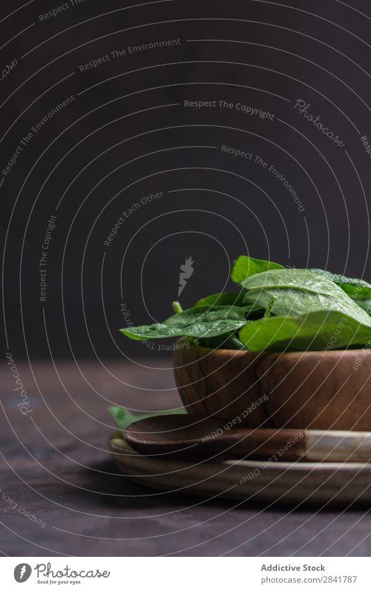 Holzgericht gefüllt mit frischen Spinatblättern Landwirtschaft Hintergrundbild kochen & garen dunkel Diät Essen Lebensmittel Garten grün Gesundheit Haufen