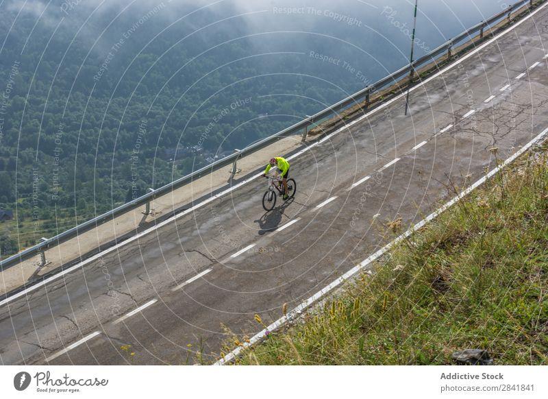 Radfahrer auf einer Bergstraße Fahrradfahren Zyklus Straße üben Motorradfahren Sport Natur Geschwindigkeit Abenteuer Gesundheit Aktion Sommer Fitness Helm