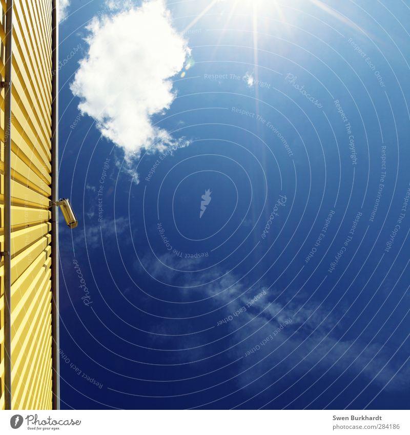 Sie werden gefilmt - ob es Ihnen passt oder nicht. Videokamera Filmindustrie Umwelt Natur Urelemente Luft Himmel nur Himmel Wolken Sonne Sonnenlicht Sommer