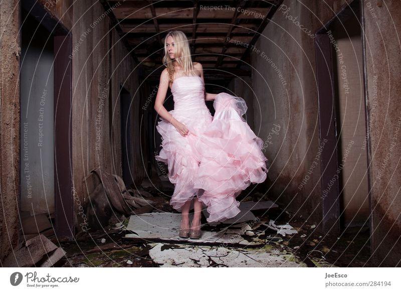 #243500 elegant Stil Abenteuer Nachtleben ausgehen Frau Erwachsene 1 Mensch Veranstaltung Ruine Mode Kleid beobachten festhalten träumen ästhetisch dunkel
