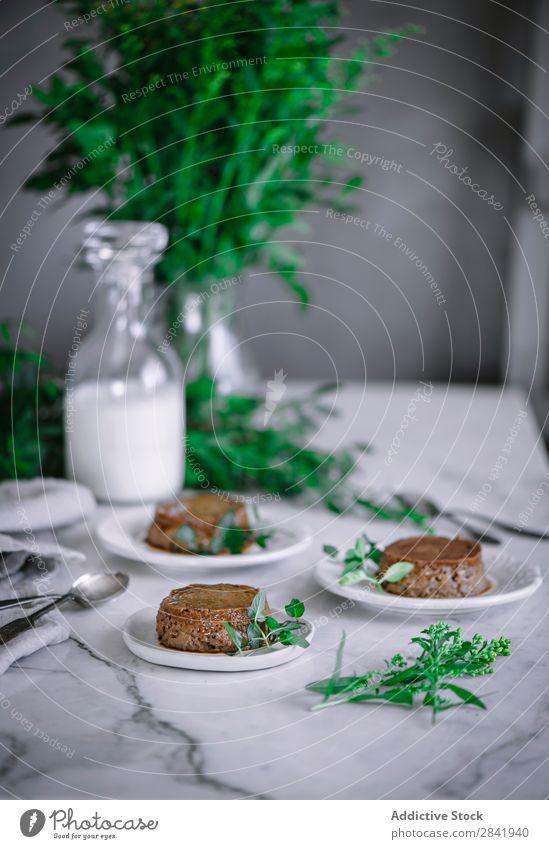 Schokoladengebäck auf Tellern Backwaren Dessert Lebensmittel lecker Konfekt süß Kuchen geschmackvoll Feinschmecker Zucker Bäckerei Snack backen Hundefutter