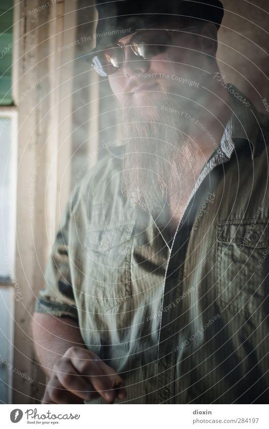 Nice Boys Mensch maskulin Junger Mann Jugendliche 1 18-30 Jahre Erwachsene Jugendkultur Musiker Mauer Wand Fenster Hemd Sonnenbrille Hut Bart Vollbart Rauchen