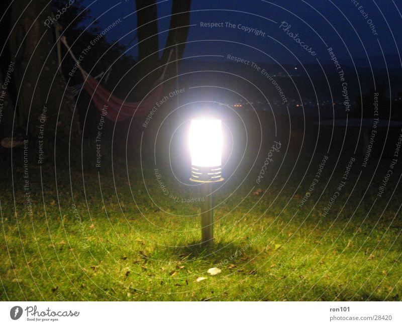 licht im dunkeln grün blau Lampe dunkel Wiese hell Freizeit & Hobby
