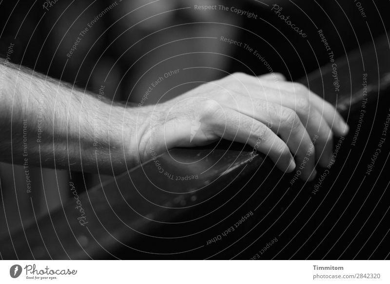 Die Hand auflegen maskulin Arme Finger 1 Mensch Behaarung Holz einfach grau schwarz weiß Gefühle abstützen festhalten Pub Yorkshire Großbritannien