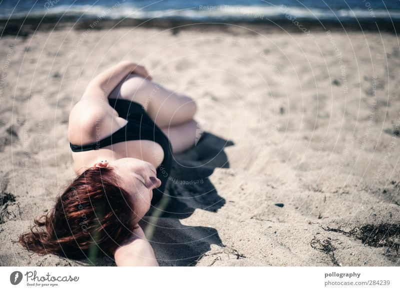 Siesta am Strand (II) Mensch feminin Junge Frau Jugendliche Erwachsene Leben Körper 1 18-30 Jahre Natur Erde Sand Sommer Schönes Wetter Wellen Küste Ostsee Meer