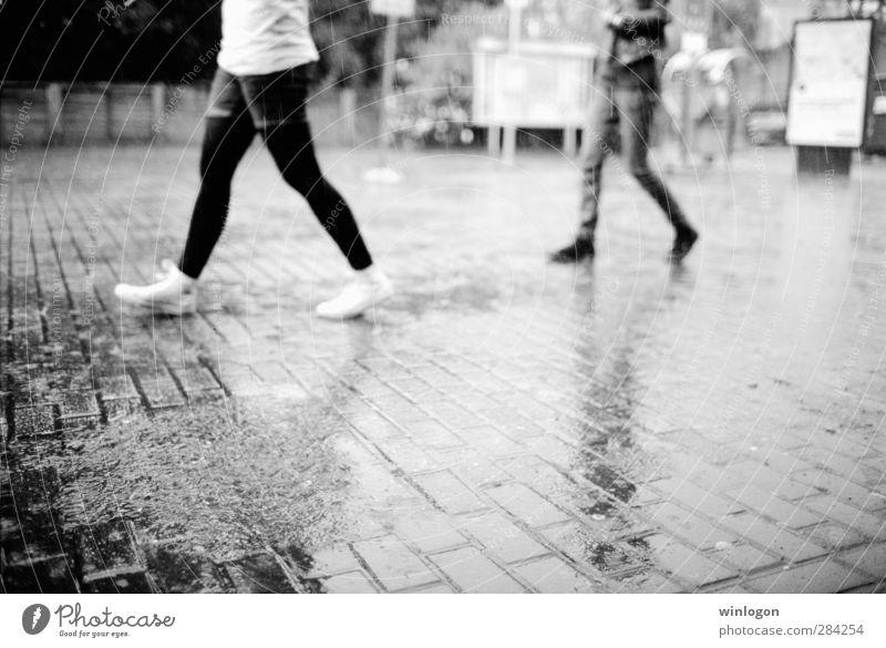 Im Regen Wissenschaften Studium lernen Student Dienstleistungsgewerbe Mensch Körper Beine Fuß 2 Wasser Wassertropfen Unwetter Wuppertal Deutschland Dorf
