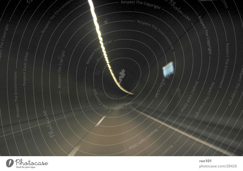 auswegslos Tunnel Autobahn Licht fahren dunkel Geschwindigkeit Verkehr Straße