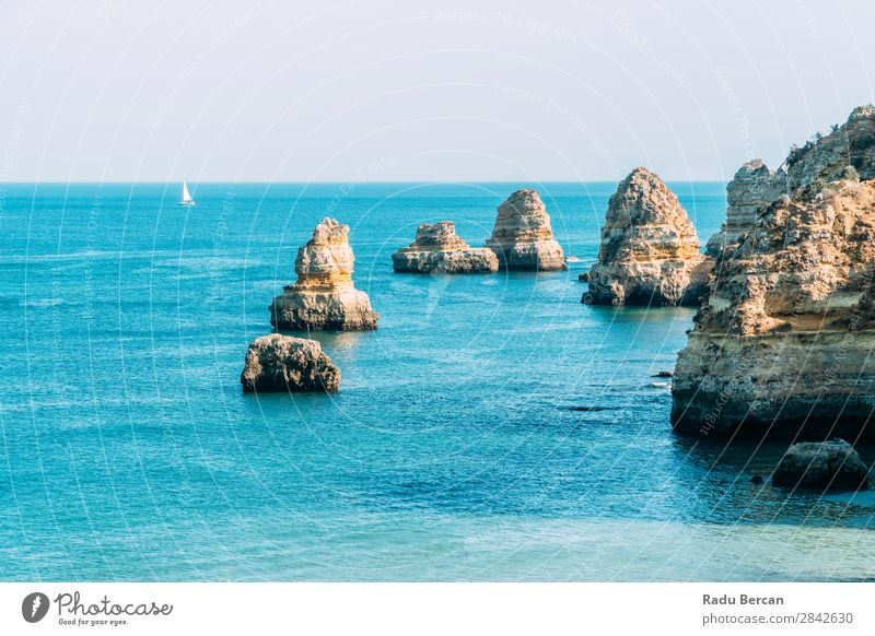 Meereslandschaft mit Felsen und Klippen an der Lagos Bay Coast in Algarve, Portugal Natur Golfloch Höhle Landschaft Strand Stein Bogen Fenster Aussicht schön