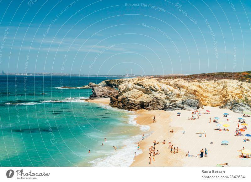 Touristen haben Spaß am Wasser, Entspannung und Sonnenbaden am Strand in Portugal. schön Felsen Meer Lagos Mensch Erholung Ferien & Urlaub & Reisen