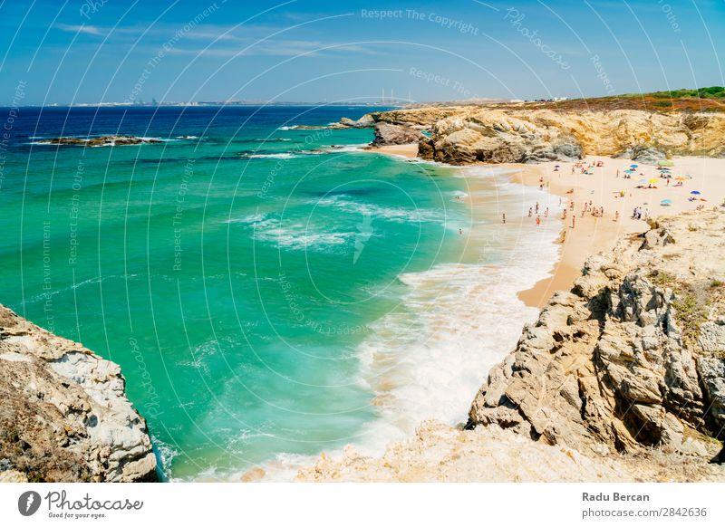 Touristen haben Spaß am Wasser, Entspannung und Sonnenbaden am Strand in Portugal. Meereslandschaft schön Felsen Lagos Mensch Erholung Ferien & Urlaub & Reisen