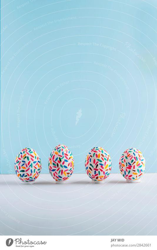Lustige mehrfarbige Ostereier handgemalt auf blauem Hintergrund Design Freude Glück schön Dekoration & Verzierung Feste & Feiern Ostern Handwerk Kunst lustig