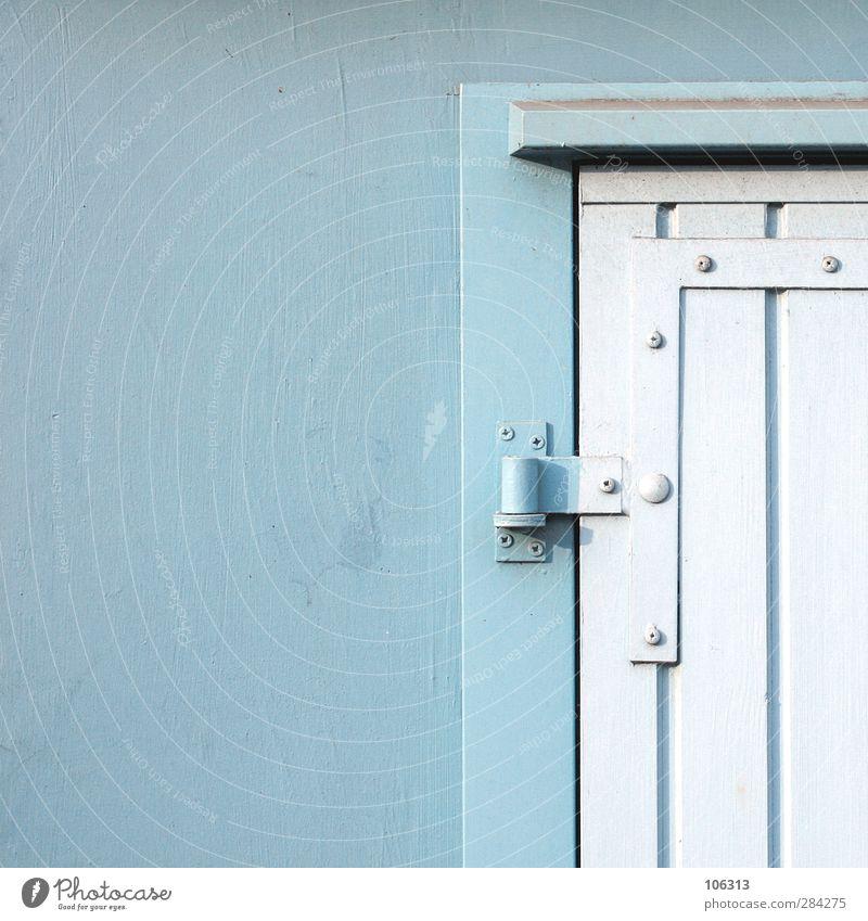 Einfahrt Ausfahrt Mauer Wand leuchten Tor Beschläge blau Tür Eingang Eingangstür Eingangstor Scharnier Detailaufnahme Bildausschnitt Anstrich Garage