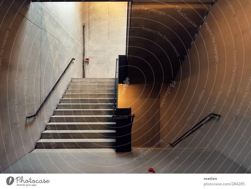 verloren Menschenleer Haus Mauer Wand Treppe braun grau Rotes Tuch Geländer Parkhaus Beton Farbfoto Innenaufnahme Kunstlicht