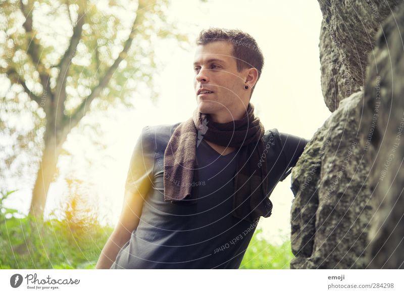 yellow maskulin Junger Mann Jugendliche 1 Mensch 18-30 Jahre Erwachsene Umwelt Natur T-Shirt Schal brünett kurzhaarig schön Farbfoto Außenaufnahme Morgen Tag