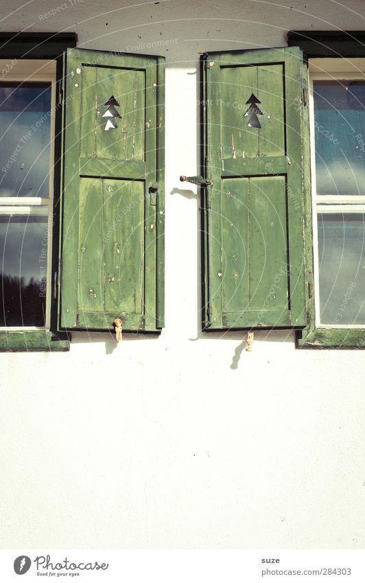 Heimat lädt ein grün weiß Umwelt Fenster Wand Holz Mauer offen Fassade Klima authentisch Häusliches Leben paarweise Dekoration & Verzierung einfach Symbole & Metaphern