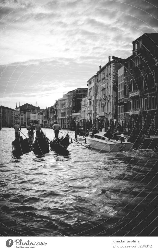 gondola gondola Tourismus Menschengruppe Wasser Kanal Canal Grande Venedig Italien Haus Bootsfahrt Gondel (Boot) Anlegestelle Schwimmen & Baden fließen