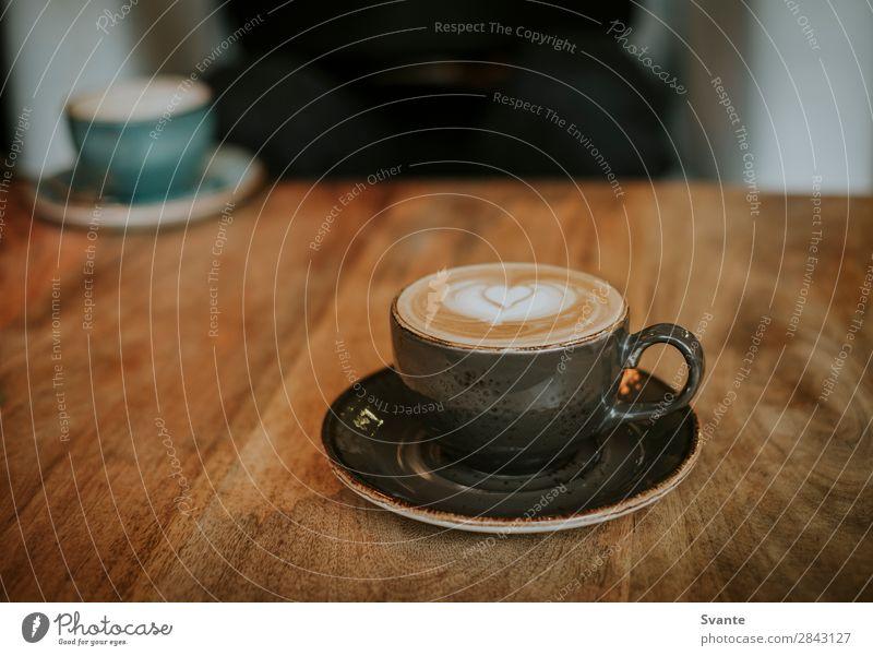 Kaffeetasse auf Holztisch Getränk Heißgetränk Latte Macchiato Espresso Tasse Becher Lifestyle elegant Stil Freude Café trinken Herz Latte Art Zusammensein
