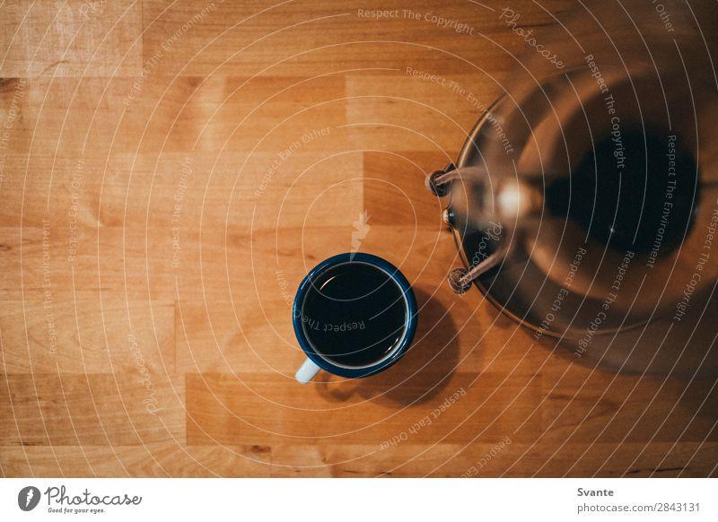 Draufsicht auf die Espressotasse Getränk Heißgetränk Kaffee Tasse Becher Berlin Holztisch Chemex Farbfoto Innenaufnahme Textfreiraum links Textfreiraum oben