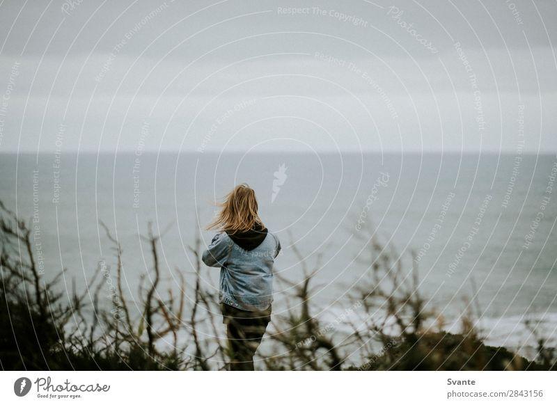 Rückansicht eines jungen Mannes mit langen Haaren Lifestyle Stil Ferien & Urlaub & Reisen Abenteuer Freiheit Meer Wellen Junger Mann Jugendliche Erwachsene 1