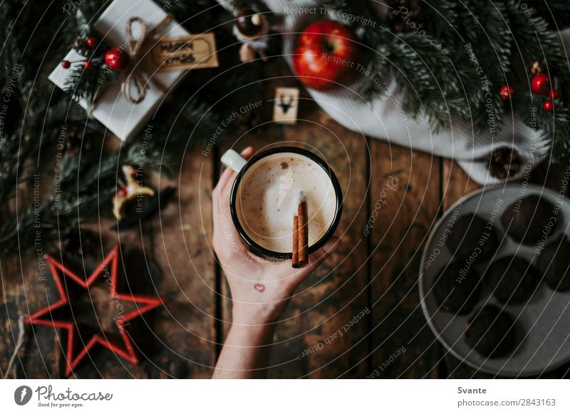 Draufsicht auf Kaffeetasse und Weihnachtsdekoration Getränk Heißgetränk Kakao Latte Macchiato Espresso Lifestyle Stil Winter Frau Erwachsene Hand 1 Mensch