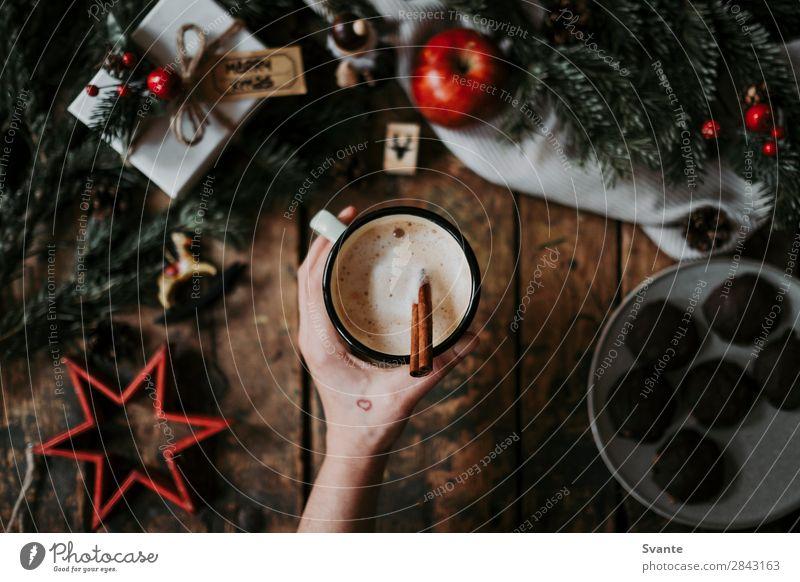 Frau Mensch Weihnachten & Advent Hand Freude Winter Lifestyle Erwachsene Stil Dekoration & Verzierung Geschenk Kaffee Getränk Tradition Holztisch Plätzchen