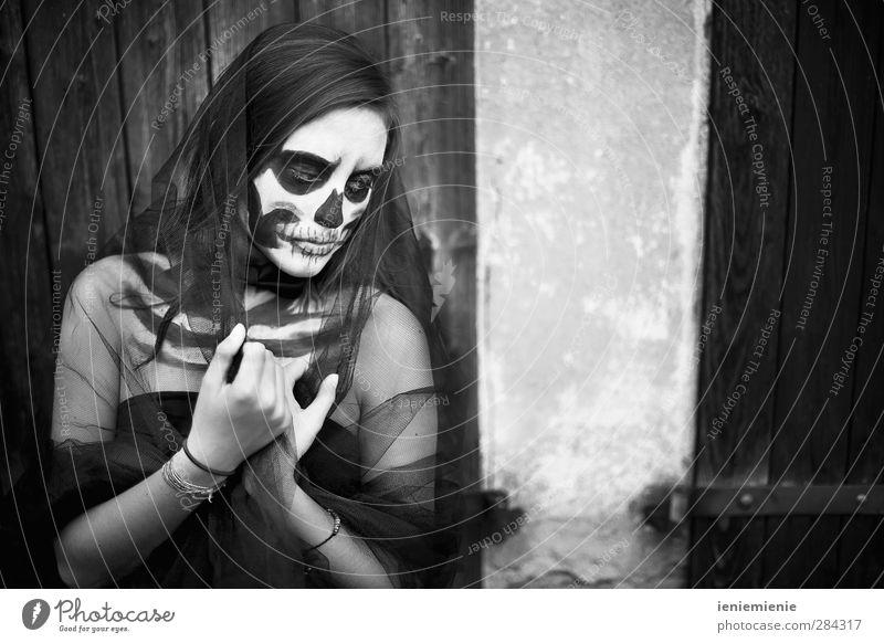 skull girl Mensch Kind Jugendliche schön schwarz dunkel Junge Frau Tod feminin Traurigkeit Angst 13-18 Jahre bedrohlich Trauer Theaterschauspiel Punk