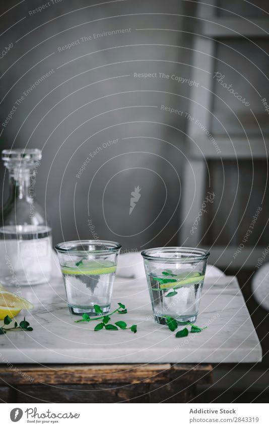 Zwei Gläser erfrischendes Wasser Glas Zitrone Tisch Erfrischung Zitrusfrüchte trinken Frucht Getränk Gesundheit Scheibe liquide Soda Diät natürlich Lebensmittel