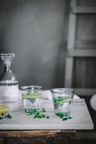 Zwei Gläser erfrischendes Wasser Glas Zitrone Tisch Erfrischung trinken Frucht