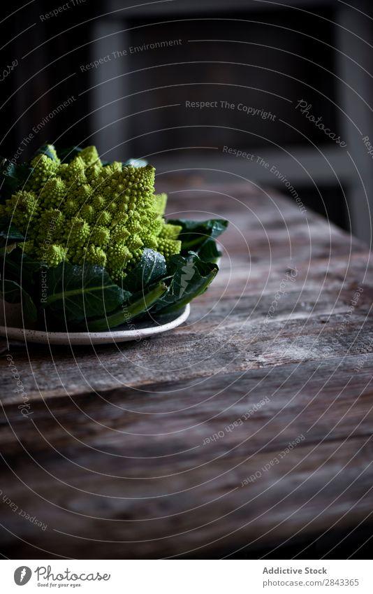 Romanesco-Gemüse auf Tisch grün frisch Holz Teller Lebensmittel Brokkoli Kohl roh Vegetarische Ernährung organisch Blumenkohl Gesundheit Zutaten Landwirtschaft