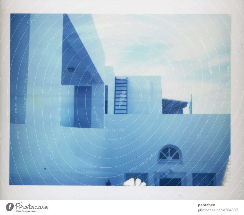 Griechisches Haus, Hotel. Weiß blaues Gebäude Santorin Mauer Wand Fassade Balkon Terrasse Fenster weiß Leiter Farbfoto Gedeckte Farben Außenaufnahme Polaroid