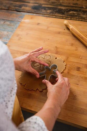 Frau, die zu Hause Weihnachtsplätzchen macht. Weihnachten & Advent anonym unkenntlich Koch Küche Lebensmittel kochen & garen heimwärts Feste & Feiern festlich