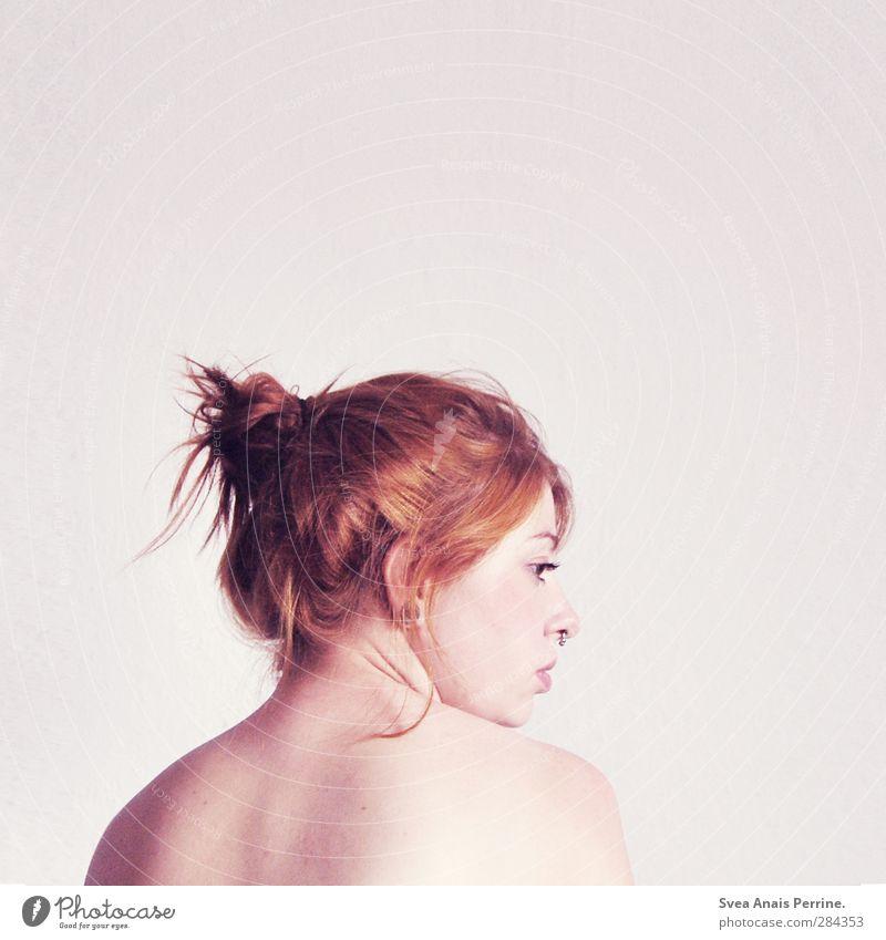 rose. feminin Körper Haut Kopf Haare & Frisuren Gesicht Schulter Rücken 1 Mensch 18-30 Jahre Jugendliche Erwachsene rothaarig Zopf Dutt beobachten stehen
