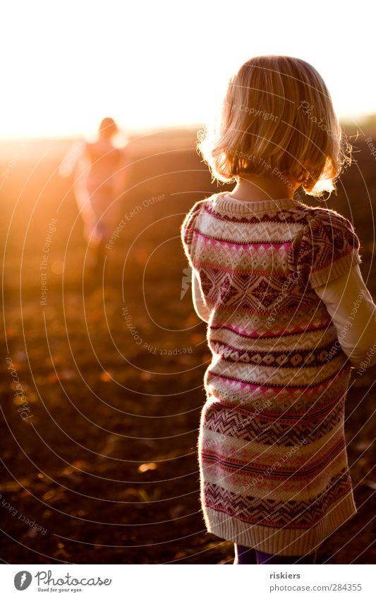 stay Mensch feminin Kind Kleinkind Mädchen Kindheit 2 1-3 Jahre 3-8 Jahre Sonne Sonnenaufgang Sonnenuntergang Sonnenlicht Feld leuchten rennen Blick stehen