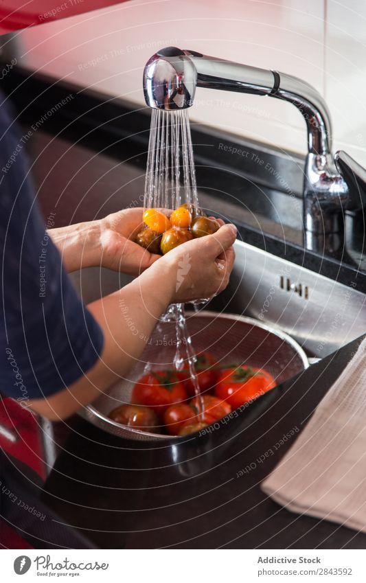 Person, die Tomaten wäscht Koch Wäsche waschen Waschbecken Gemüse natürlich organisch frisch Küche reif Waschen Gesundheit rot Lebensmittel Wasser Ernährung