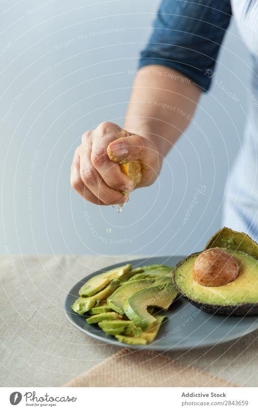 Zitrone auf Avocado zubereiten. Koch Salatbeilage drücken vorbereitend Gemüse Saft Lebensmittel lecker Gesundheit Zutaten Vorbereitung kochen & garen