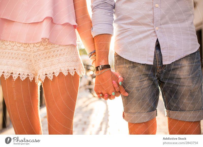 Nahaufnahme des Händchen haltenden Paares Umarmen Straße Porträt Hand Blick Leidenschaft brünett gutaussehend schön horizontal Hintergrundbild Mensch Unschärfe