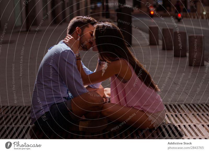 Porträt eines schönen Paares in Freizeitkleidung, das sich auf der Straße umarmt. Umarmen Blick in die Kamera Leidenschaft Küssen brünett gutaussehend