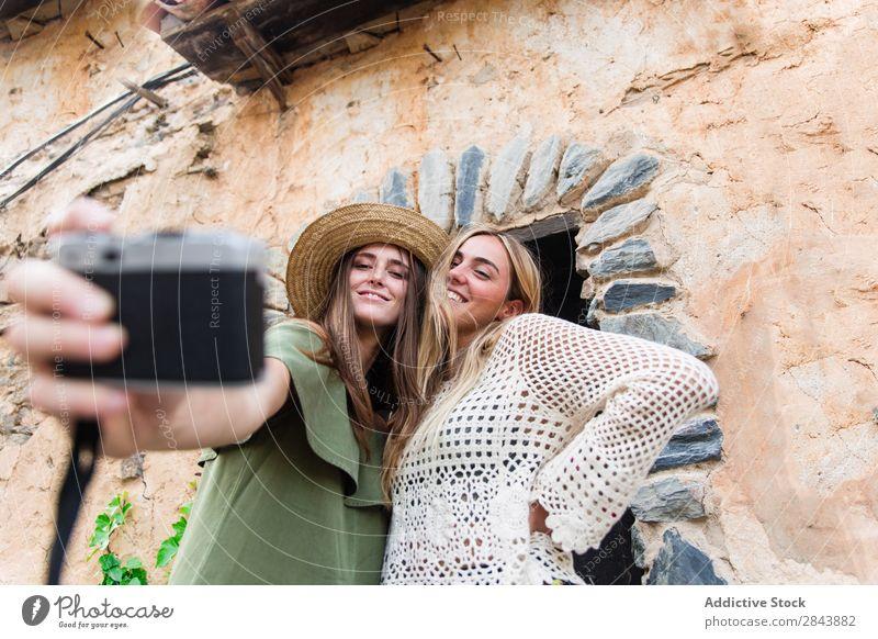 Frauenfreunde nehmen Selfie Touristen Freundschaft Zusammensein Fotokamera Gesichter machen Grimassen schneiden Ferien & Urlaub & Reisen Lifestyle Jugendliche