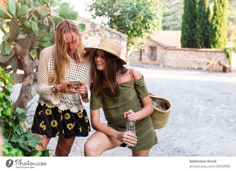 Frauen in der Stadt Straße Touristen Freundschaft Zusammensein Ferien & Urlaub & Reisen stehen Körperhaltung selbstbewußt PDA Browsen benutzend Surfen Lifestyle