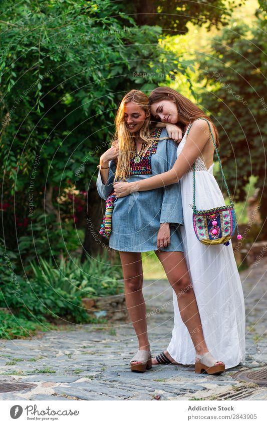 Frauen, die auf der Straße umarmt wurden. Touristen Freundschaft Zusammensein Ferien & Urlaub & Reisen Stadt Lifestyle Jugendliche Glück Tourismus Mensch
