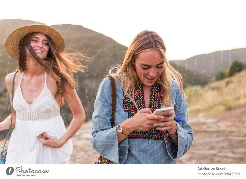 Touristenfrauen mit Telefon Frau Freundschaft Zusammensein Schüsse Fotokamera Fotograf Ferien & Urlaub & Reisen Lifestyle Jugendliche Glück Tourismus Mensch