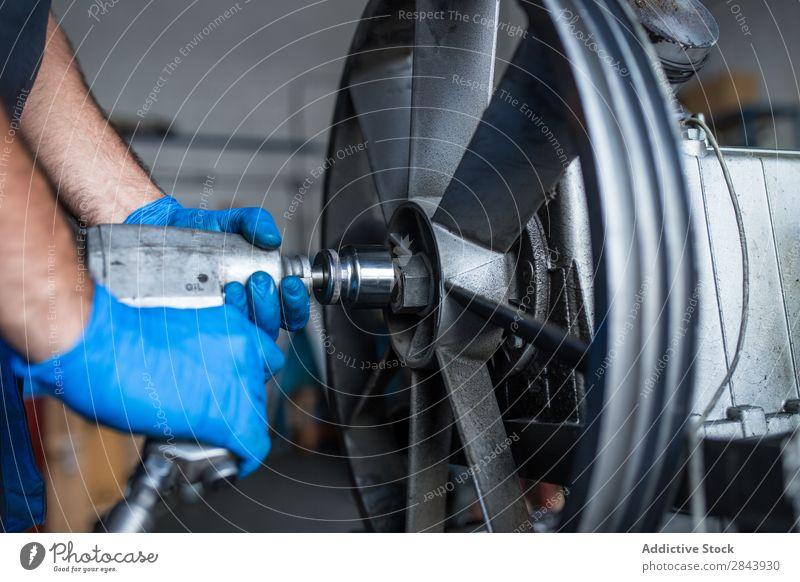 Mechanische Befestigung eines Kompressormotors Automechaniker Reparatur Mitarbeiter Schlagschrauber Schwungrad industriell Lokomotive Flugzeugwartung Werkstatt