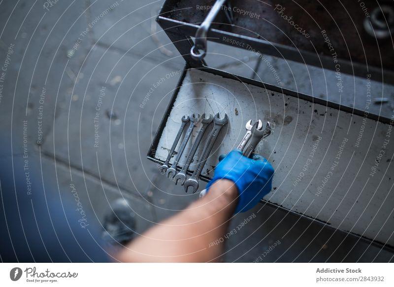 Mechanisches Aufräumen von Werkzeugen Automechaniker Reparatur Mitarbeiter Schraubenschlüssel organisieren Sortierung Industrie Flugzeugwartung Werkstatt